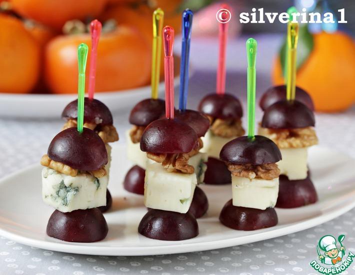 Рецепт: Канапе с сыром, орехом и виноградом