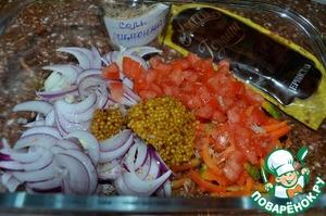 В салатник выложить перец, лук и помидоры.   Добавить горчицу, посолить, перемешать.