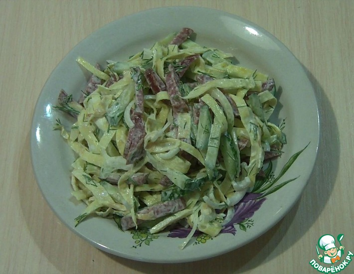 Рецепт: Салат с колбасой и яичными блинчиками