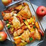 Запечённые окорочка с картофелем и яблоками