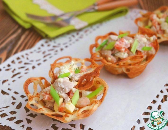 Рецепт: Салат из курицы в блинных корзиночках