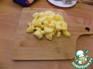 Картофель режем небольшим кубиком и отправляем в кипящую смесь рыбного бульона и сливок.