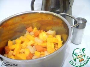 Пока тушатся овощи, так же произвольно нарежьте тыкву и вскипятите воду.   К слегка припущенным овощам, добавьте тыкву, еще немного посолите (по вкусу). Влейте к овощам кипящую воду (1 литр), готовьте овощи до готовности (минут 15).