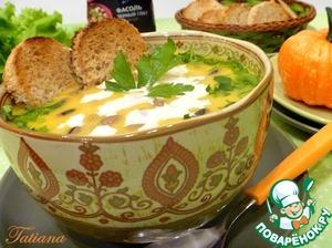 Подавайте суп в горячем виде со сметаной и подсушенными гренками из пшеничного хлеба.
