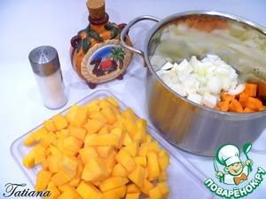 Пока варится фасоль, займитесь приготовлением тыквенного супа: почищенные овощи (лук-морковь-корневой сельдерей) произвольно нарежьте. В кастрюле с толстым дном, на растительном ( рафинированном) масле потушите    подготовленные овощи минут 5-7, (обязательно немного посолите-овощи дадут сок, получатся тушеными, и ароматными (без неприятных зажарок)