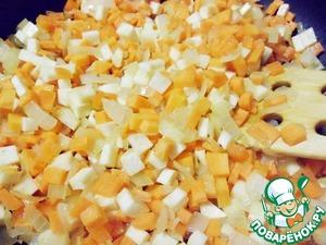 Добавить в сковороду к луку сельдерей и морковь. Жарить все вместе еще 5 минут.