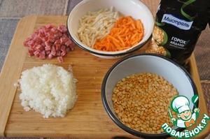 Тем временем колбасу нарезать маленькими кубиками. Чоризо я купить не смогла, взяла нашу колбаску, сырокопченую. Морковь и корень сельдерея (это я добавила от себя, в рецепте нет), нашинковать тонкой соломкой или натереть на крупной терке, лук измельчить, как вам больше нравится.