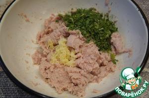 Измельчить окорок и сало, добавить измельченный чеснок и мелко нарезанную зелень.
