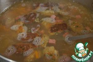 Осторожно опустить клецки в суп и можно подавать его на стол.