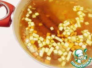 Переложить в кастрюлю к гороху заправку со сковороды и колбаски чоризо. Варить на малом огне под крышкой до мягкости гороха.