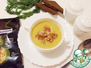 Разлить суп по тарелкам, щедро посыпать сверху беконом и подавать на стол.