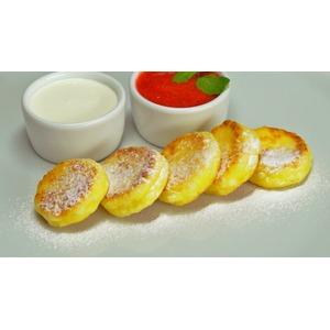 Нежные сырники с клубничным соусом
