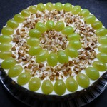 Торт с творожным кремом, виноградом и орехами