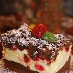 Шоколадный пирог с пудингом и ягодами