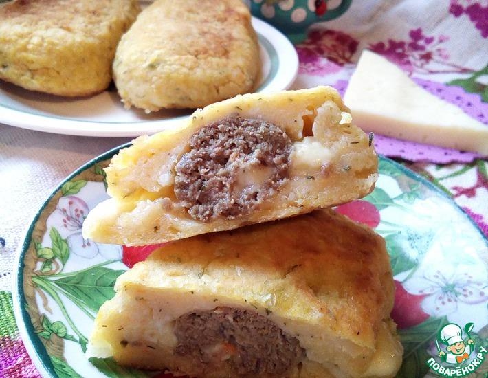 Рецепт: Сосиски с сыром в картофельной шубе