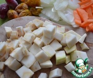 Почистить и нарезать картофель и сельдерей.