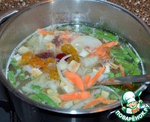 Бульон процедить, отмерить 2 л. и заложить в него все овощи.   Варить 15-20 минут.