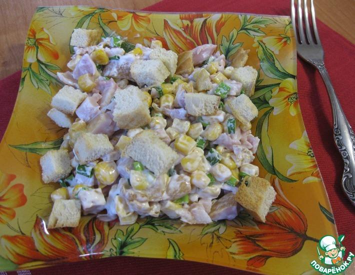 Рецепт: Салат с курицей, кукурузой и сухариками