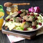 Салат из куриной печени и фруктов