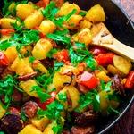 Картофель с копченой колбасой и перцем