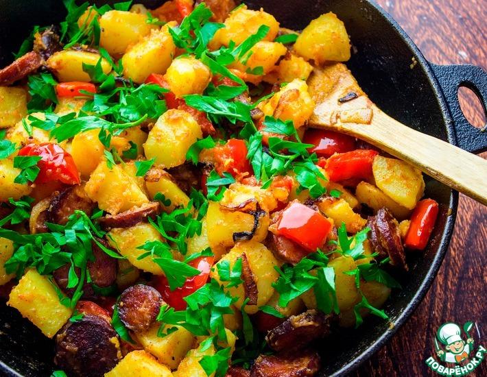 Рецепт: Картофель с копченой колбасой и перцем