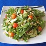 Зеленый салат с черри и орехами