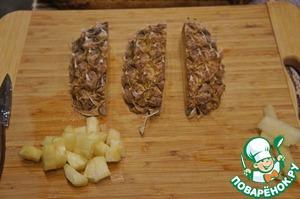 Тем временем подготовить карамелизированный ананас: очистить его, удалить жесткую серединку, мякоть нарезать на небольшие кубики.