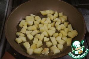 Сироп из тростникового сахара вылить в небольшую сковороду, подогреть, высыпать в него кубики ананаса и подогревать на очень маленьком огне, пока сироп не впитается и кубики не закарамелизуются.    Если готового тростникового сиропа нет, можно уварить немного сиропа, который останется от вымачивания ром-баб.