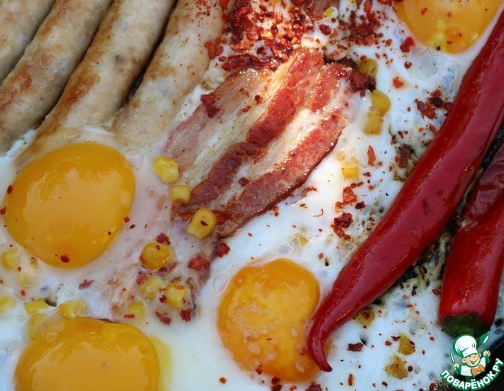 Рецепт: Яичница с колбасками и беконом
