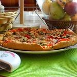 Пицца с соусом-чили и карпаччо