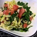 Капустный салат с одуванчиком и помидорами