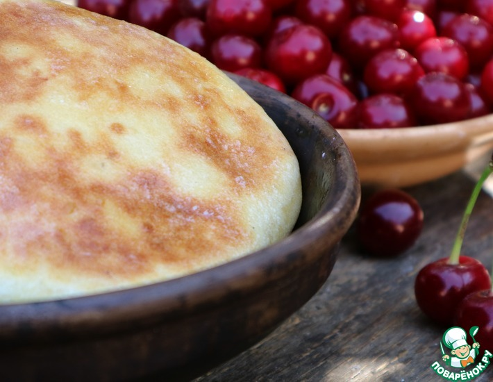 Рецепт: Сладкая лепешка с вишней и творогом