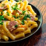 Сливочные макароны с колбасой и сыром
