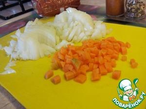 Лук и морковь нарезаем мелкими кубиками