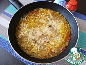 Добавить воды выше риса на 1 см. Воткнуть головку чеснока, посолить, закрыть крышкой и готовить еще 25-30 минут на маленьком огне.