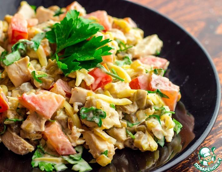 Рецепт: Куриный салат с шампиньонами и помидорами