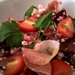Свекольный салат с творогом и прошутто