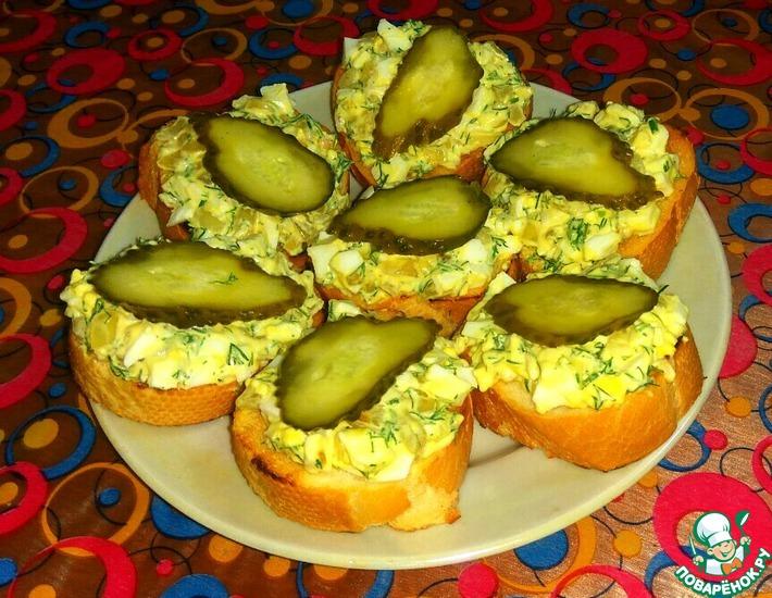 Рецепт: Закусочные бутерброды с луком и яйцом
