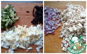Провести подготовительные работы: филе куриной грудки отварить с добавлением лаврового листа и соли до готовности. Яйца отварить. Порезать красный лук, куриное филе, яйцо - мелко; чернослив и огурец -соломкой. Часть огурца оставить для оформления (девять тоненьких пластиков).