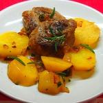Картофель с мясными медальонами и розмарином