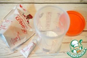 Приготовим кефир. В чашу термоса OURSSON засыпьте пакетик кефирной закваски от Орсика.