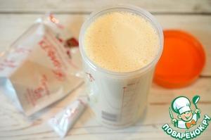 Добавьте молоко комнатной температуры. Хорошо перемешайте сухой чистой ложкой.