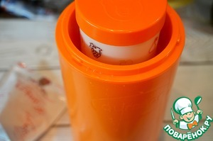 Закройте крышкой. В термос добавьте горячую 100% воду до указанной отметки, поставьте чашу с молоком и закваской. Закройте и оставьте на 8-10 часов. Затем охладите. Кефир готов.