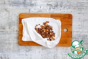 Сначала приготовьте орехи: разогрейте духовку до 160 °С, насыпьте орехи на противень и поставьте в духовку на 10 мин., время от времени перемешивая. Затем ссыпьте в кухонное полотенце и заверните. Через пару минут энергично потрите орехи в полотенце друг об друга, чтобы избавиться от части шелухи. Духовку не выключайте.