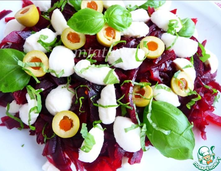 Рецепт: Салат из свеклы, оливок и моцареллы