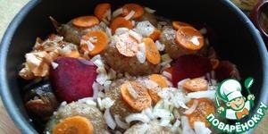 Следующий слой - свекла и морковь, посолить, поперчить.   Выложить рыбные котлеты, посыпая их луком и морковью.    Для красивого цвета добавить луковую шелуху.