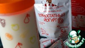 Чтобы быстро приготовить смузи, в холодильнике должен быть йогурт классический. Идеальный вариант - домашнего приготовления. Проще всего это сделать, если у вас есть термос-йогуртница от Oursson и термостатная закваска от Orsik. Несколько простых шагов: наливаем молоко в мерный стакан, добавляем закваску, перемешиваем и ставим в термос-йогуртницу.