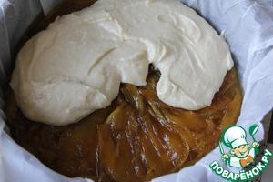 Начиная с внешнего края, тесто аккуратно распределить на слой манго в карамели.
