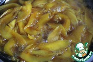 Соединить сок, слитый с манго, с маслом в маленькой кастрюле и довести смесь до кипения. Опустить дольки манго и кипятить в течение 1-2 минут до загущения. Вы должны получить около 1 чашки карамели после удаления манго из сиропа.