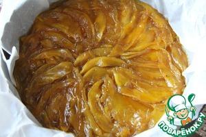 Налейте теплую карамель в подготовленную форму.   Расположите ломтики манго в привлекательном узоре на карамель.   Пока будет готовиться тесто, форму можно поставить в холодильник для застывания.